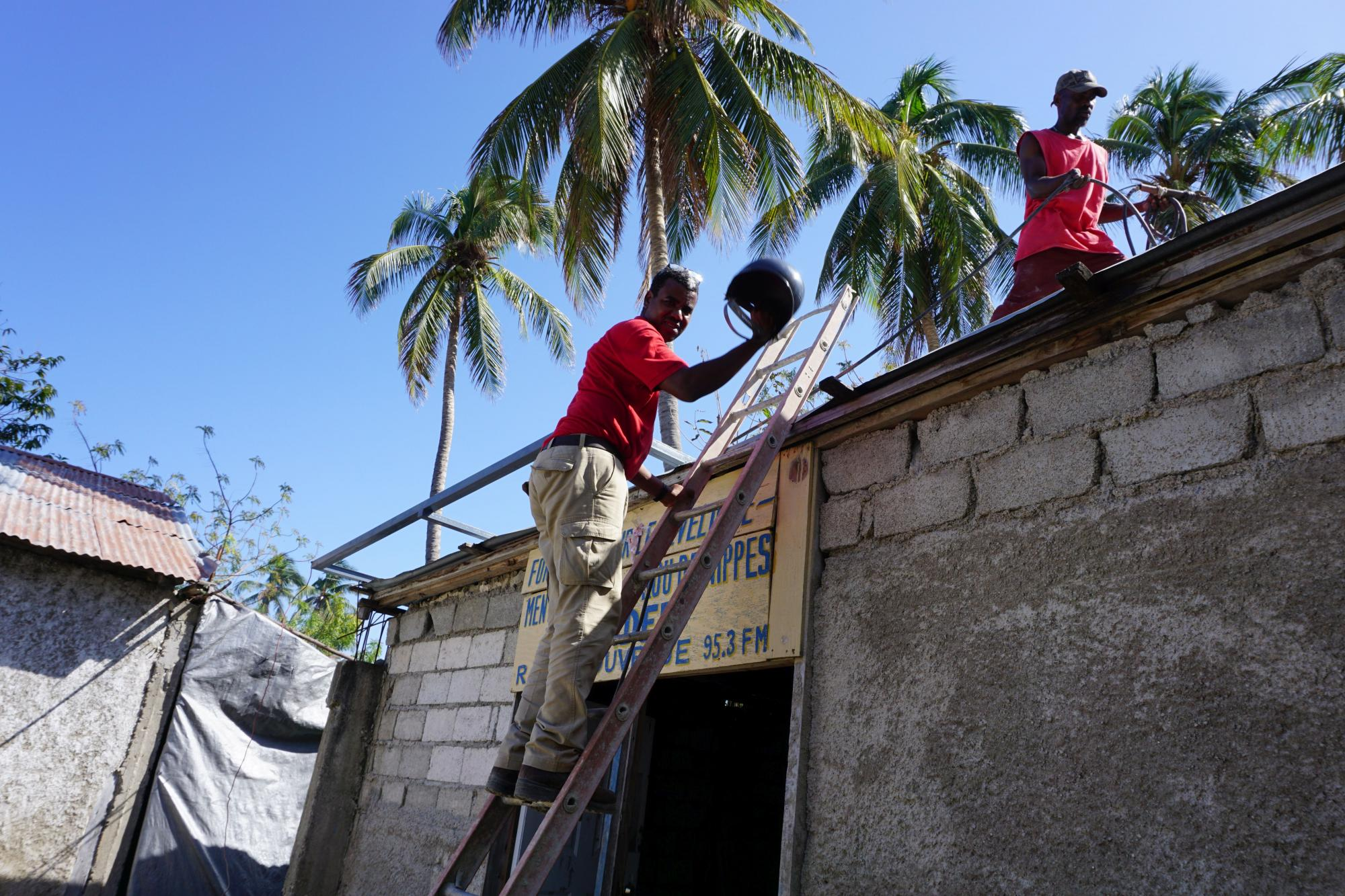 On Saturday, Haiti ICT Working Group worked with Internews to rebuild the 'Radyo Louvre Je' radio station in Petit Trou de Nippes. Photo: WFP  / Christopher Alagna