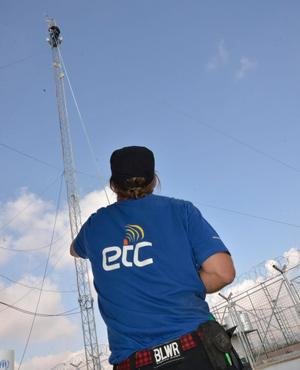 The ETC team installing a repeater at Domiz refugee camp, outside Dohuk. Photo: WFP/Adam Ashcroft